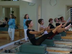 Romana geeft les aan studenten in de studio van Marjorie