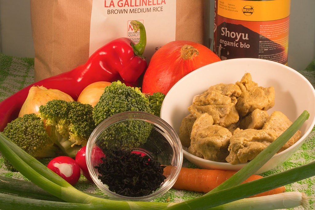 Ingrediënten voor maaltijd met groenten, bruine rijst, zeewier en zelfgemaakte seitan