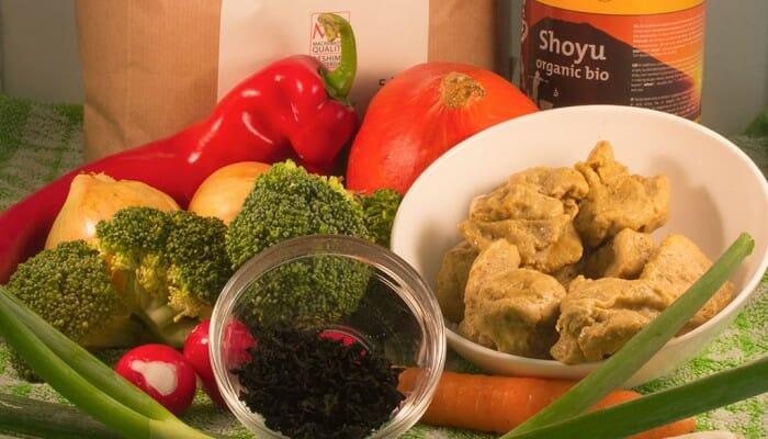 Ingrediënten voor aaltijd met groenten, bruine rijst, zeewier en zelfgemaakte seitan